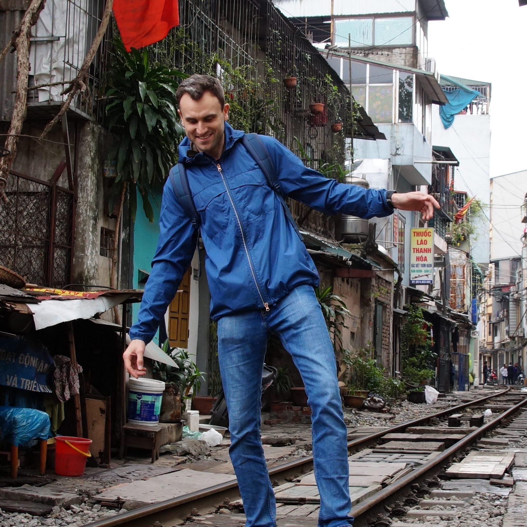 Daniel-auf-den-Gleisen-der-Train-Street-von-Herzsafari