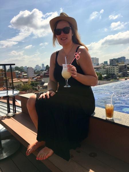 Kambodscha, Phnom Penh - Conny mit Geburtstagscocktail am Infinity-Pool