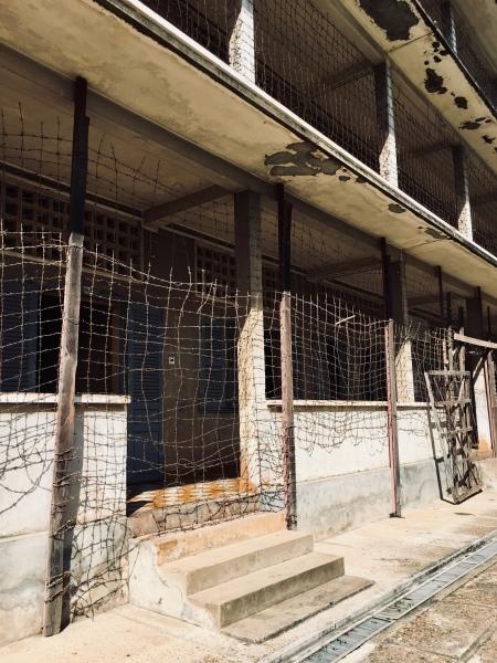 Kambodscha, Phnom Penh - Blick von aussen auf die Gefangenenraeume des S21
