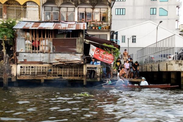Thailand, Bangkok - Blick auf die Häuser am Ufer