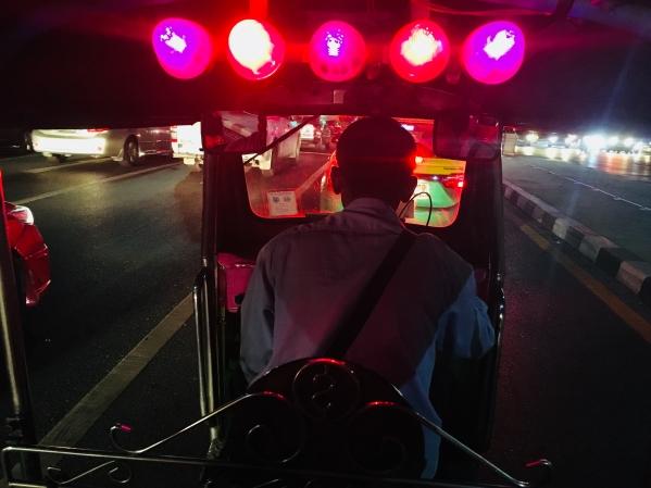 Thailand - Blick von der Sitzbank eines TukTuks in Bangkok