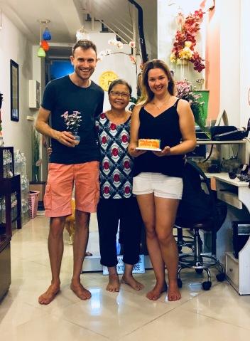 Vietnam, Ho Chi Minh City - Erinnerungsfoto mit unserer Gastgeberin und Geburtstagskuchen