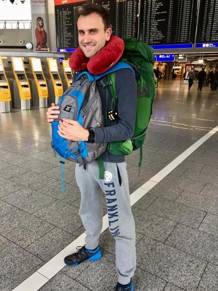 Deutschland, Frankfurt - Start Weltreise: Daniel am Flughafen mit Gepäck zum Abflug bereit