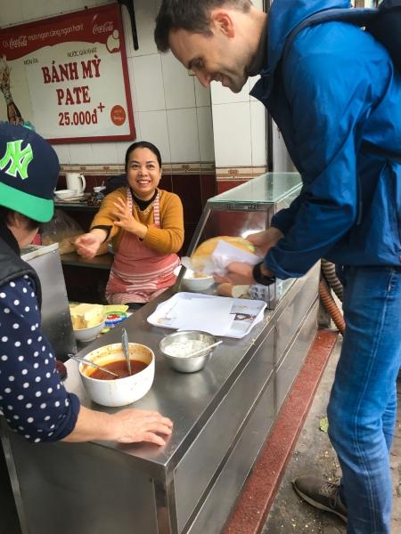 Vietnam, Hanoi - Street Food Banh My Pate am Strassenrand
