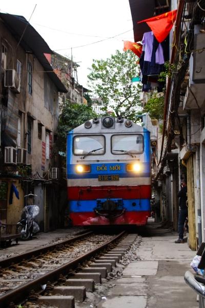 Vietnam, Hanoi - Zugdurchfahrt in der Train Street