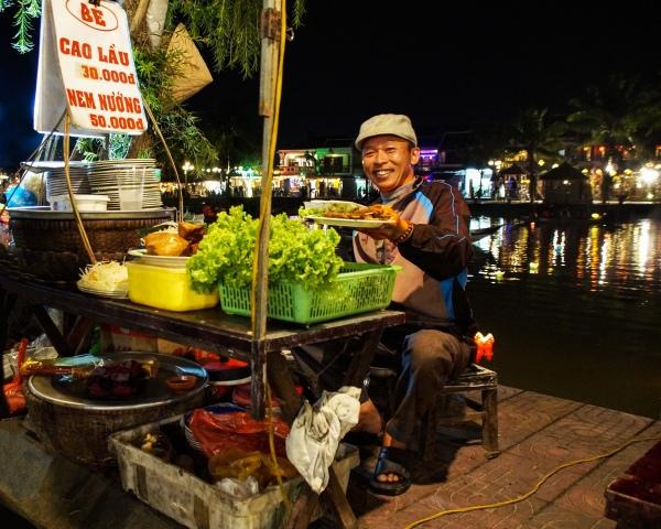 Vietnam, Hoi An - Street Food Verkäufer in Hoi An