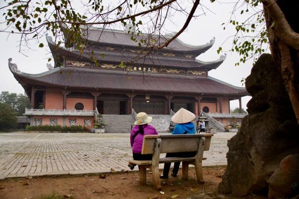 Vietnam, Tam Coc - Blick auf den Tempel auf dem Areal der Bai Dinh Pagode