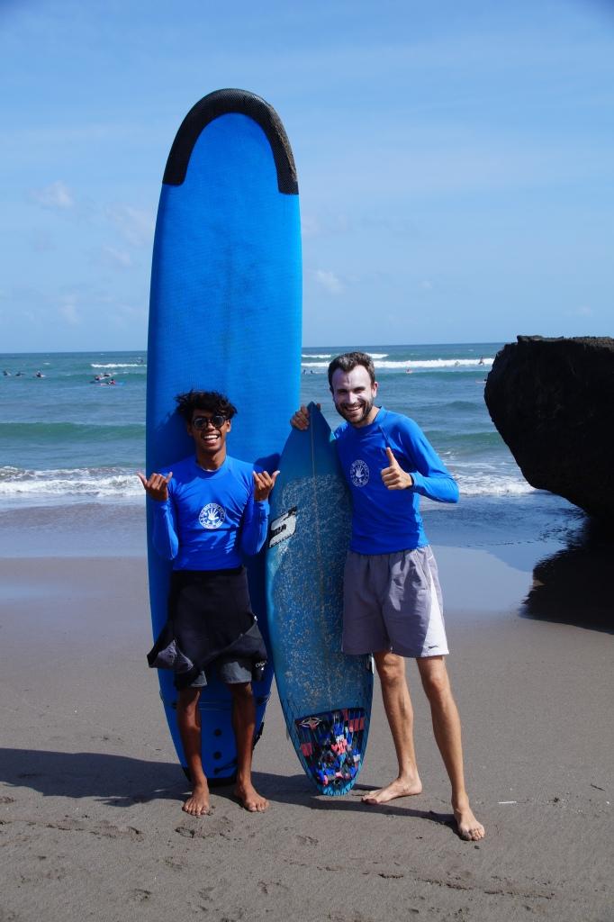 Die erste Surf lesson - Daniel stürzt sich in die Wellen