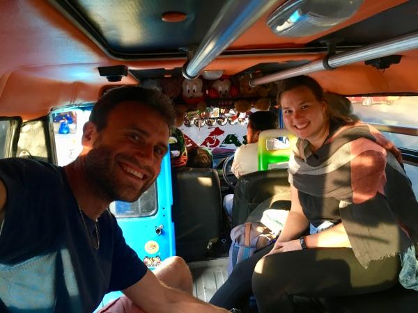 Indonesien: Unser Inselabenteuer auf Flores. Hier in einem klassischen Bemo (Minivan/Kleinbus als öffentliches Verkehrsmittel)