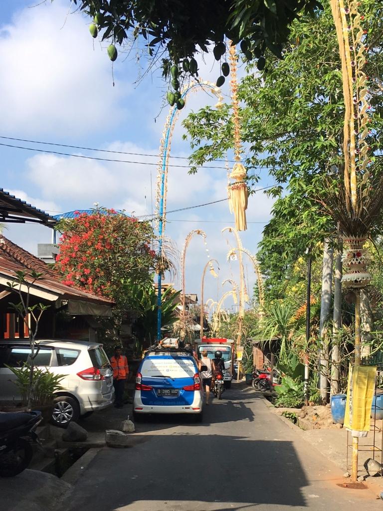 Penjor - Straßenschmuck aus Bambus, Kokosblättern, Früchten und Blüten
