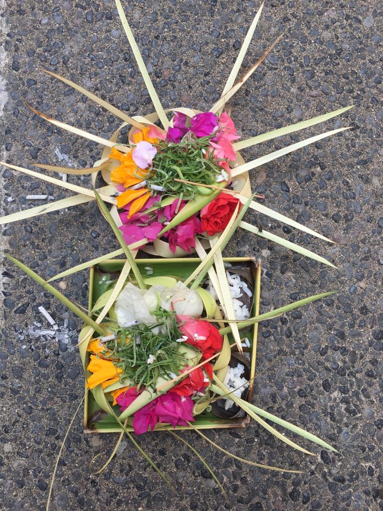 Tägliche Opfergaben in Form kleiner Kunstwerke schmücken die Straßen von Bali