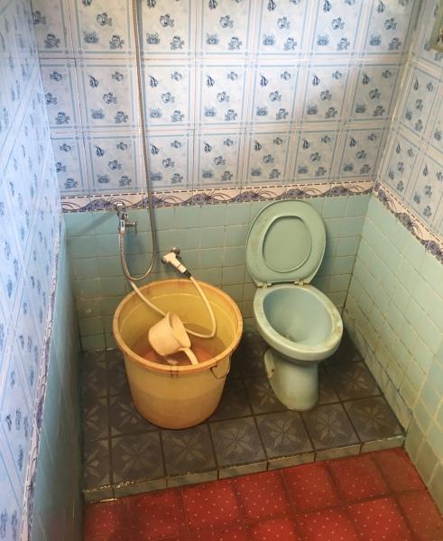 Standart Badezimmer in einem Homestay auf Flores