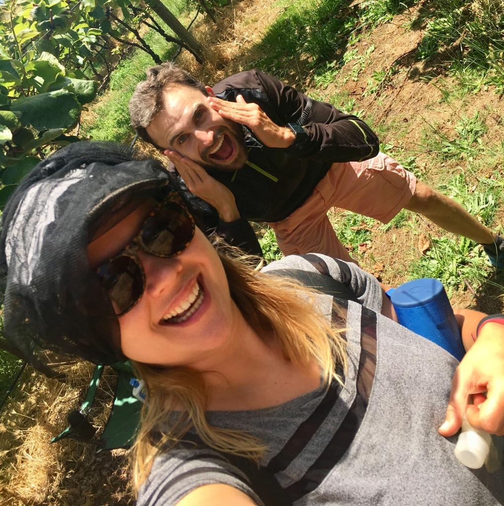 Conny und Daniel bei der Farmarbeit