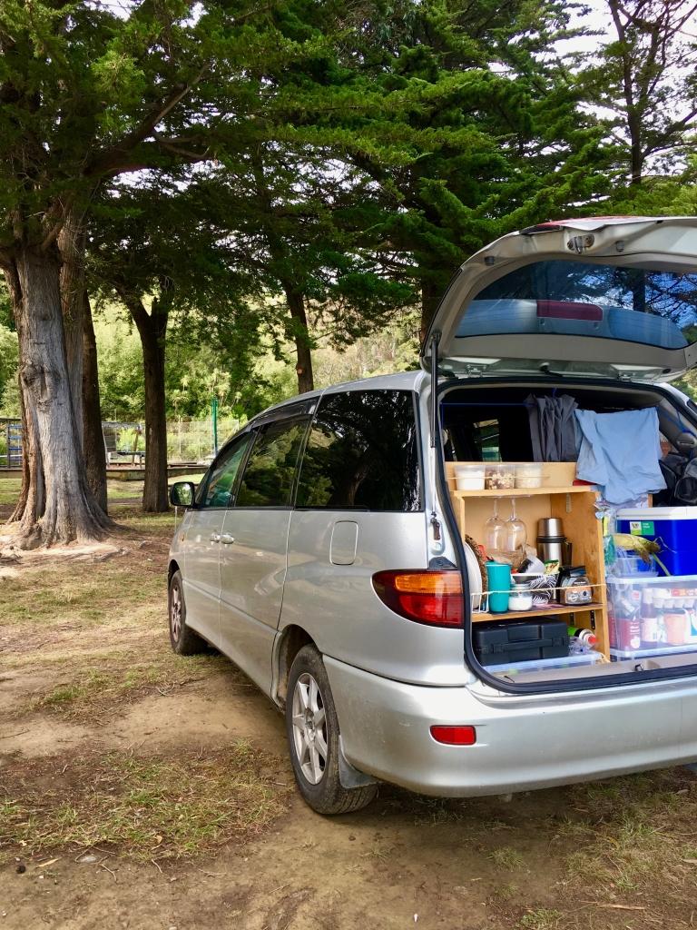 Neuseeland, Roadtrip - geöffneter Kofferraum von Harry mit unserer Ausstattung zum taeglichen Leben