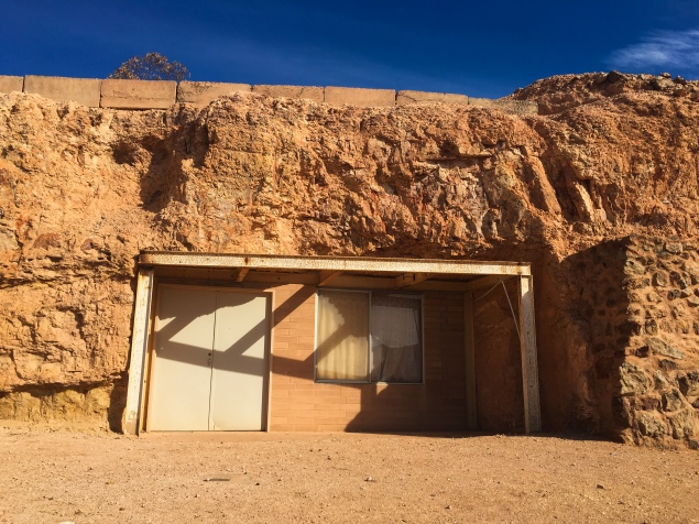 Coober-pedy-apartment-in-a-rock